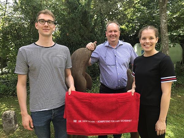 Henning Mühlleitner und Celine Rieder bekommen von Christian Hörtkorn (Mitte) ein Badetuch als Dankeschön für ihren Besuch überreicht. Foto: Stefanie Wahl